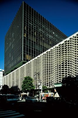 ニュー新橋ビル(1971年竣工)は低層部のプレキャストコンクリート製外壁面の凹凸が特徴的。フィボナッチ数列という数字的規則によって配列されているという