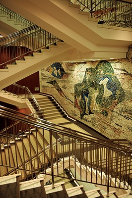 東京交通会館(有楽町、1965年竣工)。外観は1992年の大リニューアルでフラットなデザインになったが、精巧でダイナミックなモザイクタイル壁画のある階段ホールは、昭和の趣きをそのまま残している
