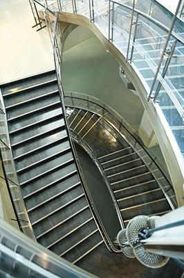 目黒区総合庁舎(1966年竣工)のエントランスホール付近のらせん階段。同書には掲載されていないが、日本生命日比谷ビル(日生劇場)も村野藤吾の作品
