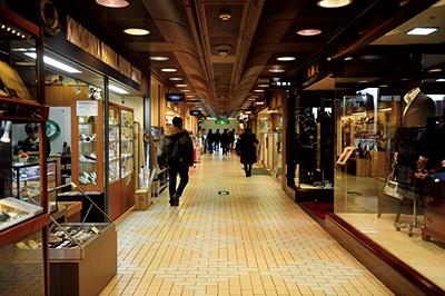 紀伊國屋ビル(新宿、1964年3月竣工)1階アーケード街は、このビルが建つ以前の同じ場所の街並みをイメージしてデザインされたという。「今は書店も大型化しましたが、紀伊國屋ビルができた1964年には小さな書店がほとんど。ビル3フロアが書店というのは、センセーショナルだったんですよ」(鈴木氏)