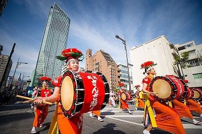 2016年11月の週末に行われた「東京新虎まつり」。新虎通りを封鎖し、東北六市の祭りを披露する「東北六魂祭パレード」を中心に各種のイベントが行われた