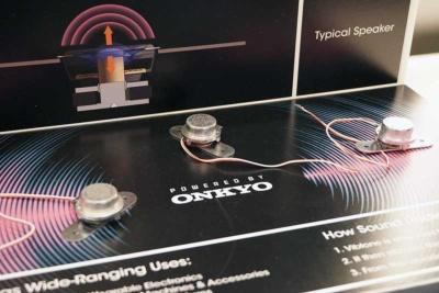 オンキヨーがBtoB向け事業として立ち上げた加振器(エキサイター)のビジネスも採用事例を含めて紹介していた。エキサイターを装着した平面を振動させることで音が発生する