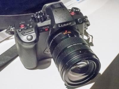 パナソニックが展示したミラーレス一眼「LUMIX GH5S」(DC-GH5S)。国内でも発表され、1月25日発売とアナウンスされた。国内での実売価格は30万円前後