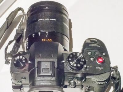 本体上部。右肩の動画ボタンが赤くなっている点も、GH5とのデザイン上の違いとなっている