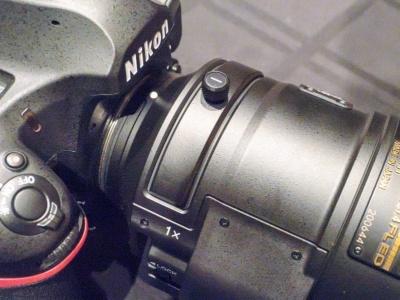 レンズの付け根には、組み込み式のフィルターを装着できるようになっている