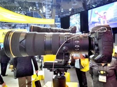 手前がAF-S NIKKOR 180-400mm f/4E TC1.4 FL ED VRで、背後に見えるのがAF-S NIKKOR 800mm f/5.6E FL ED VR。写真では分かりづらいが、800mmのほうが一回り大きい