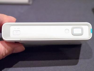本体上部にはシャッターボタンと電源ボタン、Wi-Fi関連と思われるボタンがある