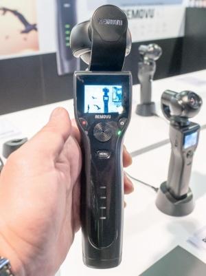 1.5インチの液晶モニターを搭載しており、単体での撮影も可能