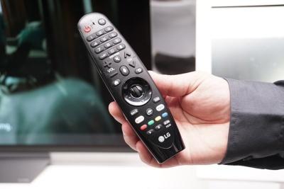 LGのスマートテレビに付属するリモコン。リモコンのボタンをクリックしてからトリガーワードを発声して、AIアシスタント機能を呼び出す