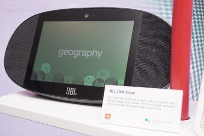 JBLが発表したグーグルのSmart Displayデバイス。音だけのスマートスピーカーで補えないエンターテインメントに対応したことを売りに掲げている