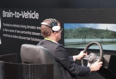 日産がCESのブースで披露した「Brain-to-Vehicle」のコンセプトデモ。脳波を専用のヘッドギアで測定してAIが安全運転サポートに活用する