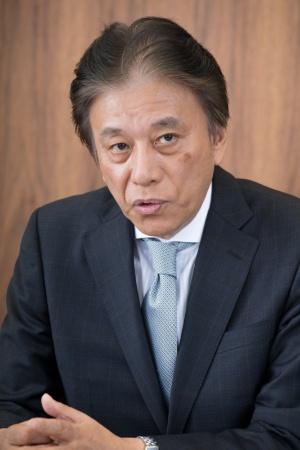 ●岡村秀樹(おかむら・ひでき):1955年2月生まれ。1987年にセガ・エンタープライゼス(現セガ)に入社後、97年に取締役コンシューマ事業本部副本部長兼サターン事業部長、2002年にデジキューブ代表取締役副社長、03年にセガ 専務執行役員コンシューマ事業本部長に就任。04年にセガ常務取締役コンシューマ事業本部長、08年にトムス・エンタテインメント代表取締役社長を経て、14年にセガ代表取締役社長COO、15年にセガホールディングス代表取締役社長COO、セガゲームス代表取締役会長(現取締役)となる。同年、一般社団法人コンピュータエンターテインメント協会会長就任