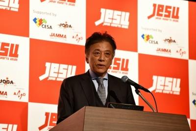 2018年2月1日のJeSU設立発表会でスピーチする岡村会長(写真:酒井康治)