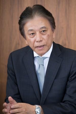 ●岡村秀樹(おかむら・ひでき):1955年2月生まれ。1987年にセガ・エンタープライゼス(現セガ)に入社後、97年に取締役コンシューマ事業本部副本部長兼サターン事業部長、2002年にデジキューブ代表取締役副社長、03年にセガ専務執行役員コンシューマ事業本部長に就任。04年にセガ常務取締役コンシューマ事業本部長、08年にトムス・エンタテインメント代表取締役社長を経て、14年にセガ代表取締役社長COO、15年にセガホールディングス代表取締役社長COO、セガゲームス代表取締役会長(現取締役)となる。同年、一般社団法人コンピュータエンターテインメント協会会長就任(18年5月16日に同会長職退任)。18年に一般社団法人日本eスポーツ連合会長就任