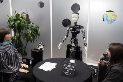SXSWでのロボットと人間の会話の様子。右下が人間で、中央と左下がロボット。人間の多くが緊張した様子で会話している点が興味深かった