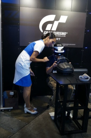 「VRは初めてですか」と、優しくナビゲートしてくれるSIEの女性スタッフ