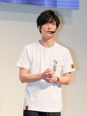 リアルさを追求するために、何度もリメイクされたというハルトのTシャツを着て登壇した梅原裕一郎氏。「キャラ愛の強い作品に携わることができてうれしい。VRでまた新しいハルトの魅力を届けたい」と語った