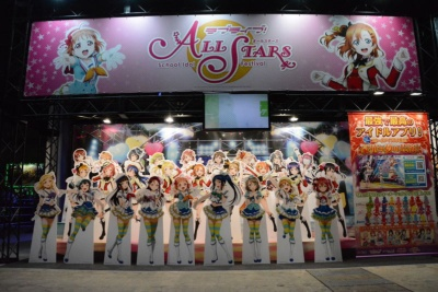 ラブライブ!のキャラが全員登場する『ラブライブ!スクールアイドルフェスティバル ALL STARS』が発表された。全27キャラクターの等身大パネルを展示