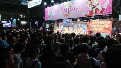 東京ゲームショウ初日、2回目の配布時間の5分前の光景。『ラブライブ!スクールアイドルフェスティバルALL STARS』コーナーの前にはステッカーを求めるファンの人だかりが出来ていた