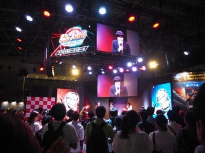 ステージには大勢の観客が押し寄せた