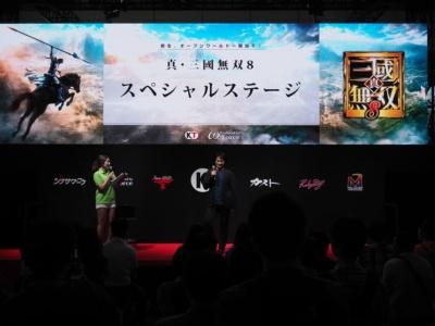 ブース正面のメインステージで『真・三國無双8』をアピールするプロデューサーの鈴木亮浩氏。一般公開日を中心に、さまざまなステージイベントが予定されている。詳細なタイムスケジュールは「コーエーテクモゲームス 東京ゲームショウ2017 特設サイト」で確認できる