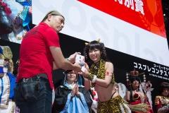 ジャッキー道斎さんによって、審査員特別賞の目録を手渡されたのは、『DEAD OR ALIVE』のレイファンを演じた天津いちはさん。ちらりと見えているTバックの紐に関するものなど、審査員のコメントもローブロー気味。賞品は「お好きな携帯ゲーム機1台」