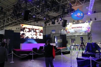 スクウェア・エニックスブースに設置された特設ステージ。一般公開日の22日、23日にはいくつものイベントを開催する