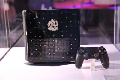 20日発表された「PlayStation 4 KINGDOM HEARTS III EDITION」(3万3980円)。スクウェア・エニックスブース内では、いち早くその実機を見られる