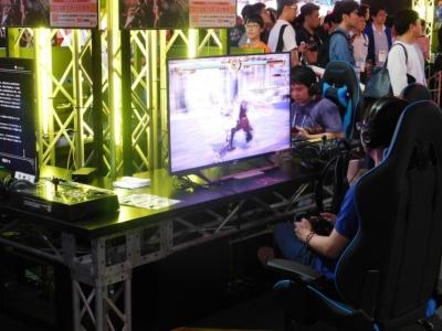 『ソウルキャリバーVI』。通常のコントローラーだけでなく、右脇に格闘ゲーム用コントローラーが置かれている。マニアのための配慮である