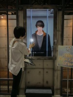 ブースには、ガラスに見立てた画面に映った、等身大サイズの「チアキ」が。画面に触れると話しかけてくれる