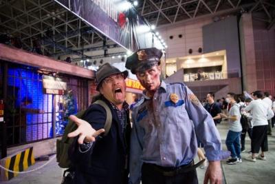 『バイオハザードRE:2』コーナーの前に、リアルなゾンビがいたので、一緒に撮影させていただきました