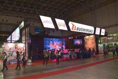 ブシロードのブースは、中央に大きなステージを構える。ステージでは、ゲームに出演する声優を招いたステージイベントが予定されている