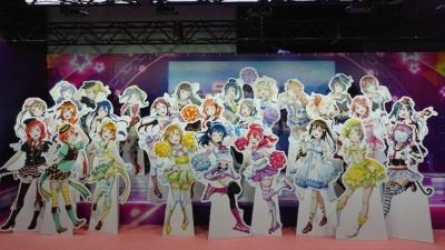 『ラブライブ!スクールアイドルフェスティバル ALL STARS』に登場する全27人のキャラクターの等身大パネルの展示は圧巻だ。書き下ろしのイラストもあるという