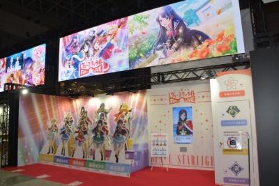 『少女☆歌劇 レヴュースタァライト -Re LIVE-』の展示は、キャラクターのパネルと、「Live2D」によるキャラクター紹介のモニターを設置している