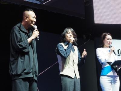 """ステージに登壇したのはこの3人。左から名越稔洋総合監督、KICK THE CAN CREWのMCU氏、そして司会を務めた""""ミス日本酒""""の岡崎奈々氏"""