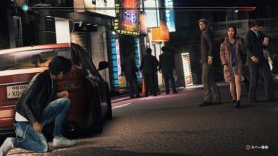 弁護士バッヂを外し、探偵として生きる八神。ストーリーモードでは、借金を取り立てるため、見知らぬ同業者を尾行するシーンが描かれている。