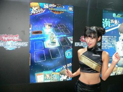 『遊戯王デュエルリンクス』は、大型のタッチパネルモニターで遊べるようになっていた