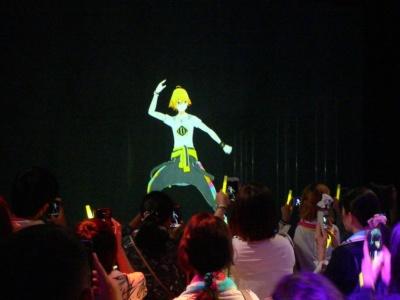 『ダンキラ!!!』のシアターでは、等身大(と、思われる)の少年ダンサーたちによる華麗なパフォーマンスを見ることができる