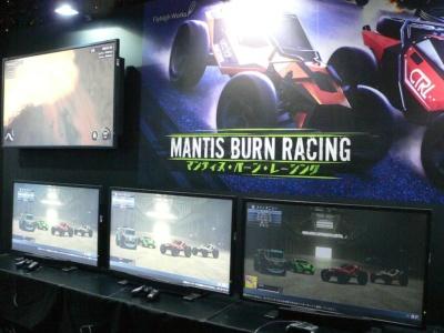 ショットガンを搭載したバトルカーを操り、ライバルカーを攻撃しながら遊べるレースゲームの『マンティス・バーン・レーシング』