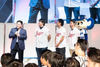 東日本予選を勝ち抜いた選手で構成された「オールイーストチーム」。左から、監督の真中さん、イッキー選手、じゃむ~選手、マエピー選手、応援マスコットのドアラ