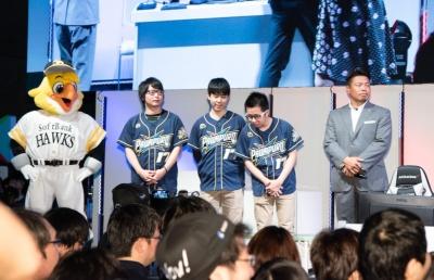 西日本予選を勝ち抜いた選手で構成された「オールウェストチーム」。右から監督の岩村さん、さんらいく選手、てぃーの選手、たいじ選手、応援マスコットのハリーホーク
