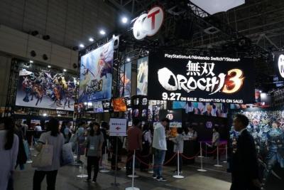 メインステージの左手にある『無双OROCHI3』の試遊コーナー。人気シリーズの最新作とあって待機列ができているが、試遊台が30台あるので比較的に回転は速い