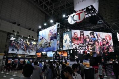 メインステージのすぐ左側が『無双OROCHI3』の試遊コーナー。試遊台が合計30台設置されている