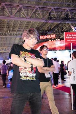 お祭り感満載の東京ゲームショウを存分に堪能した歌広場さんでした!(後ろの人とのシンクロ率も高い!)