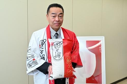 「赤白のパッケージは贈答にも使用できるよう、めでたさを演出しました」と神部室長。また、女性的な印象の名前の米が多い中で埋没しないよう、現代的な日本男児をイメージさせるネーミングを採用した