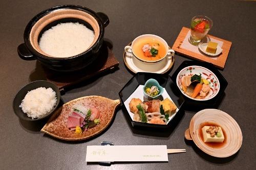 新之助と日本海の海の旬を堪能できる静香庵のランチ。宿泊者向けの朝の和定食は、新之助とコシヒカリが日替わりで提供されているため、連泊すれば食べ比べもできる