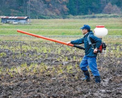 緑肥となるハーブの播種は、散布器を使って行う。稲刈り後〜10月下旬、2月下旬〜3月下旬に実施する