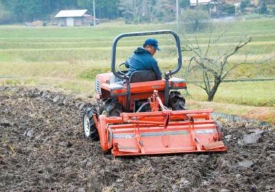 ハーブの発芽・生育を促すため、播種前にトラクターで耕して土の通気性や水はけをよくする