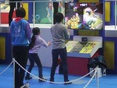 ジョイコンを左右に持ち、手を大きく動かして『ARMS』をプレーする様子。子どもたちは夢中で楽しんでいた