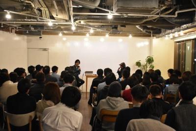 東京・渋谷のFabCafeで開催されたトークイベントの模様。左がCerevo 代表取締役の岩佐琢磨氏で、右がジャーナリストの西田宗千佳氏